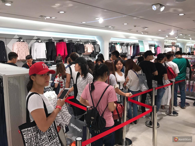 H&M mở cửa đón khách: Đông tới nỗi bên ngoài kẹt cứng, bên trong loạn lạc - Ảnh 24.