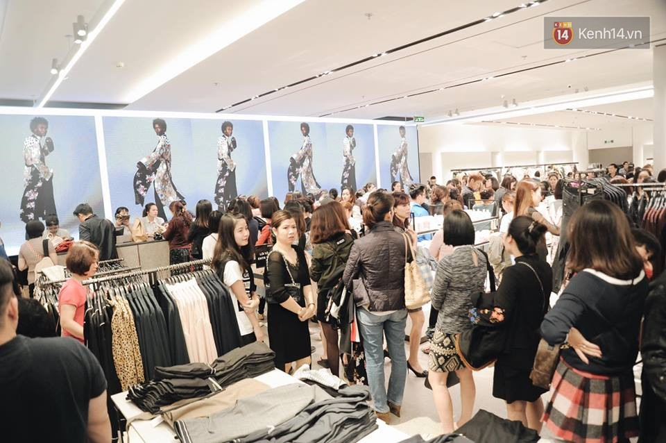 Zara Hà Nội khai trương: Tới trưa khách đông nghịt, ai cũng nô nức mua sắm như đi trẩy hội - Ảnh 7.