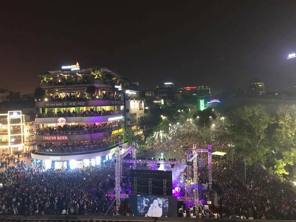 Lại một lần nữa, đêm nhạc quảng bá vol 9 của Mỹ Tâm khiến cả khu phố đi bộ Hồ Gươm chật như nêm - Ảnh 3.