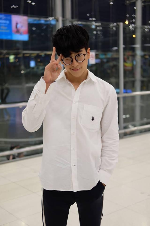Clip: Nonkul - nam thần Bad Genius xuất hiện cực điển trai ở sân bay Tân Sơn Nhất - Ảnh 2.