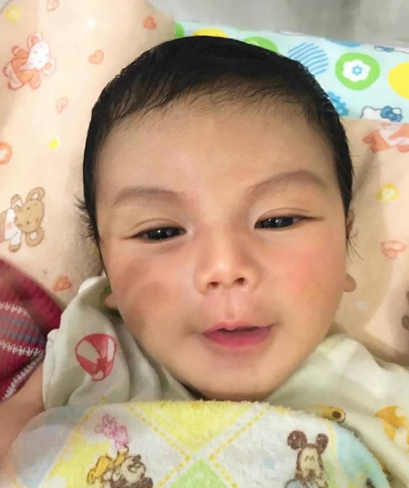Em bé soái ca đẹp như thiên thần, nhưng khi thấy bố của bé, ai cũng hiểu vì sao - Ảnh 1.