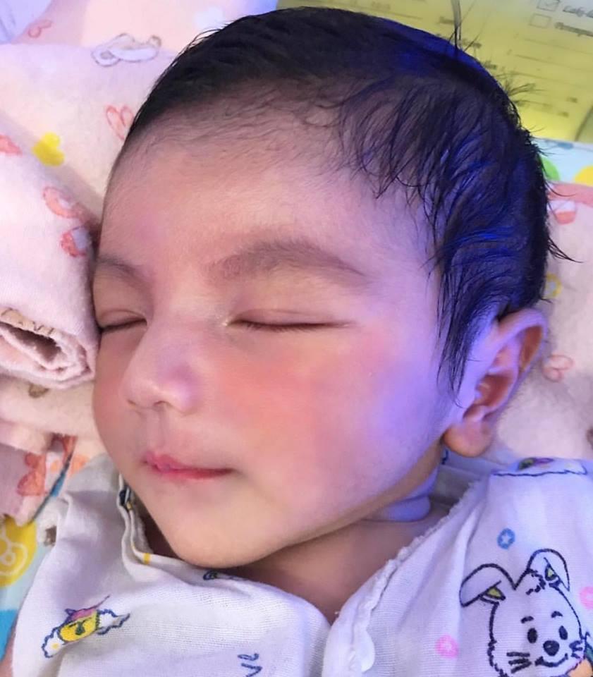Em bé soái ca đẹp như thiên thần, nhưng khi thấy bố của bé, ai cũng hiểu vì sao - Ảnh 2.