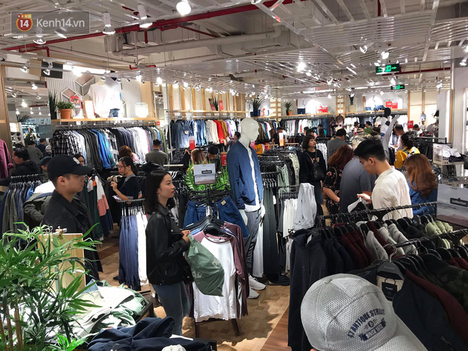 Zara Sài Gòn và Hà Nội đông nghịt, dân tình xếp hàng dài ngay ngày đầu tiên giảm giá - Ảnh 18.