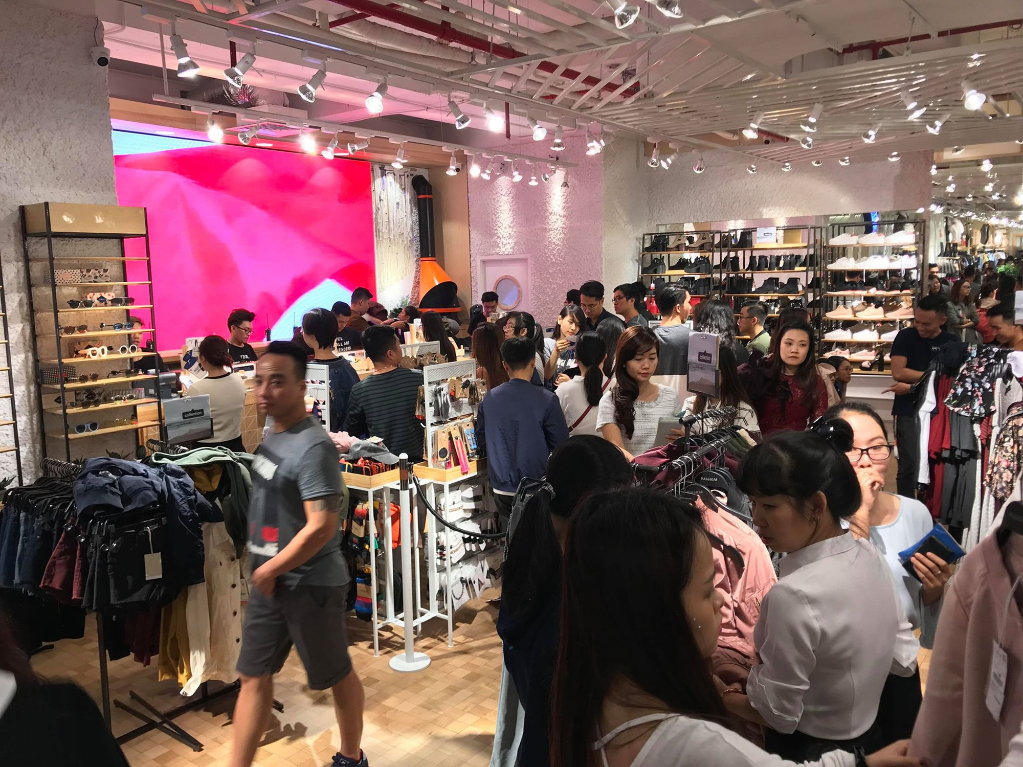 Zara Sài Gòn và Hà Nội đông nghịt, dân tình xếp hàng dài ngay ngày đầu tiên giảm giá - Ảnh 19.