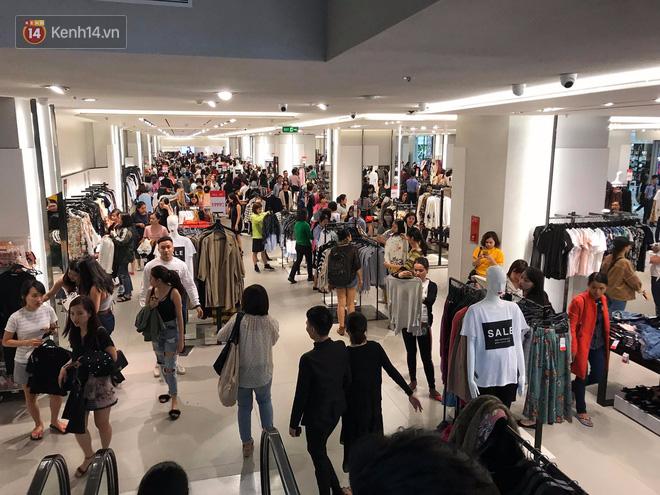 Zara Sài Gòn và Hà Nội đông nghịt, dân tình xếp hàng dài ngay ngày đầu tiên giảm giá - Ảnh 10.