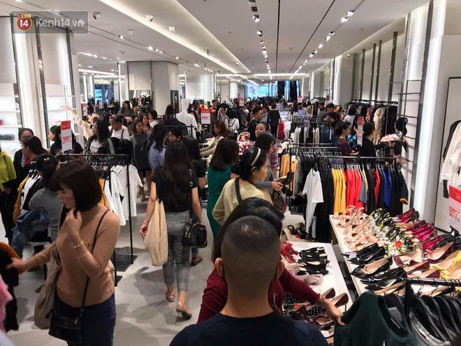 Zara Sài Gòn và Hà Nội đông nghịt, dân tình xếp hàng dài ngay ngày đầu tiên giảm giá - Ảnh 11.