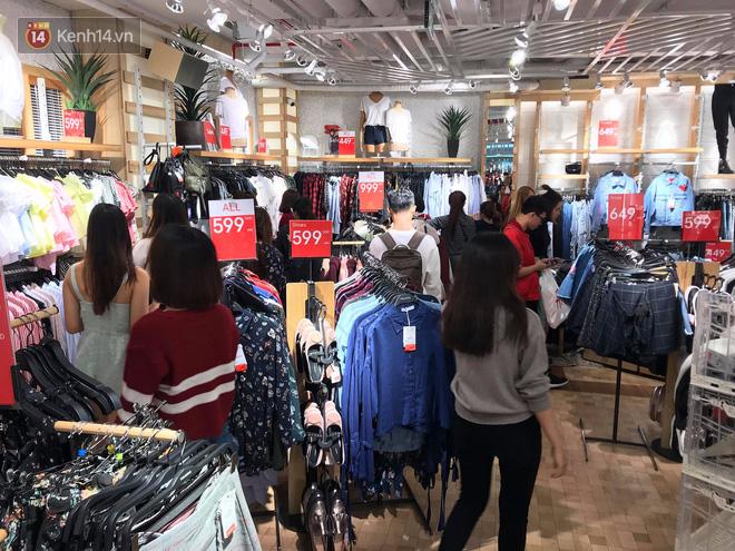 Zara Sài Gòn và Hà Nội đông nghịt, dân tình xếp hàng dài ngay ngày đầu tiên giảm giá - Ảnh 16.