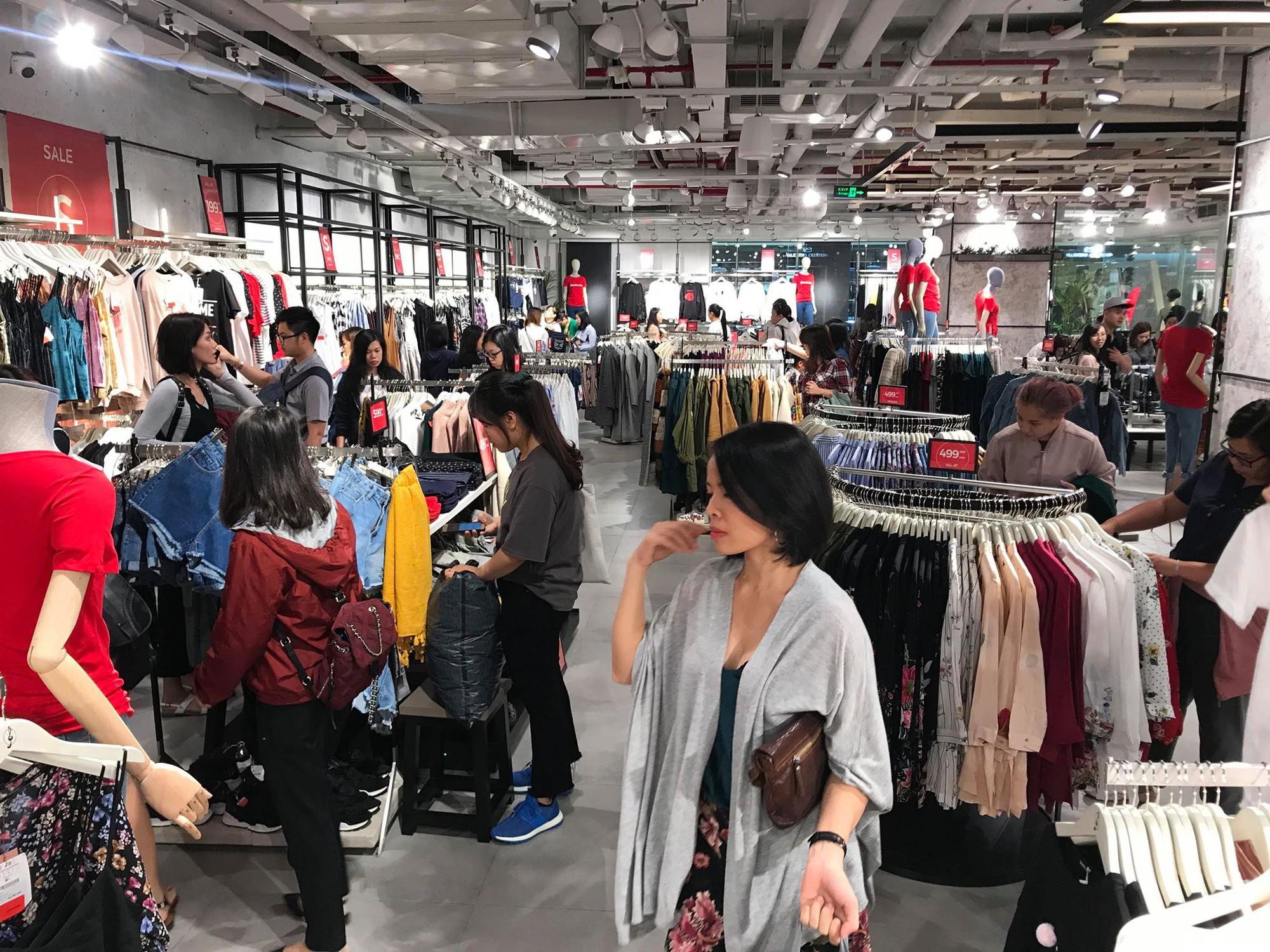 Zara Sài Gòn và Hà Nội đông nghịt, dân tình xếp hàng dài ngay ngày đầu tiên giảm giá - Ảnh 22.