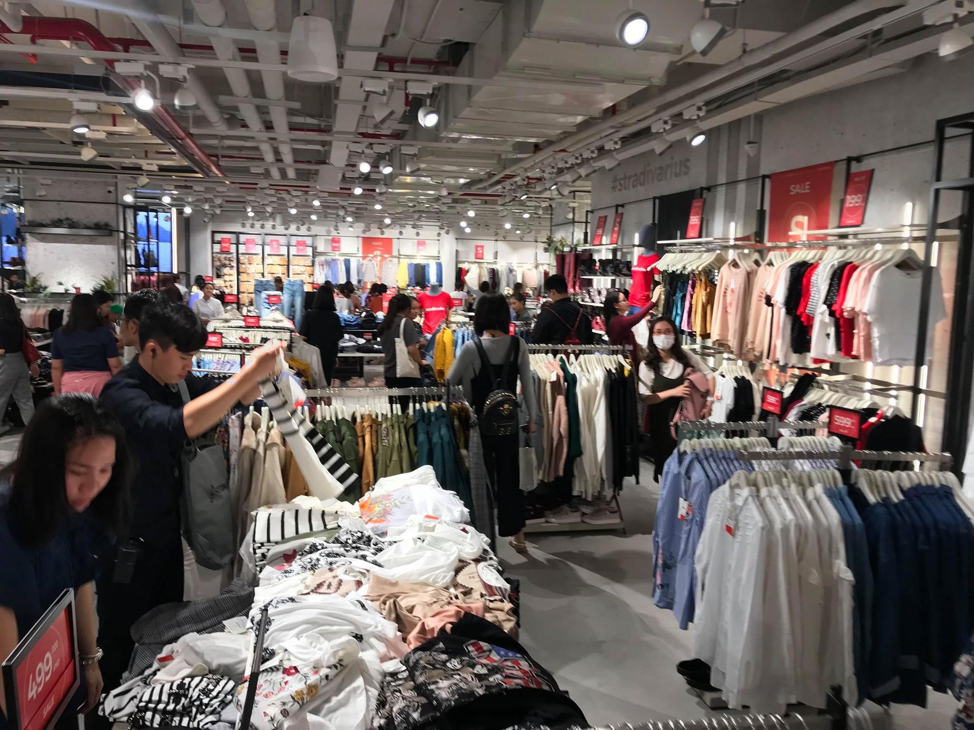 Zara Sài Gòn và Hà Nội đông nghịt, dân tình xếp hàng dài ngay ngày đầu tiên giảm giá - Ảnh 23.