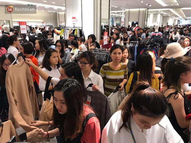 Zara Sài Gòn và Hà Nội đông nghịt, dân tình xếp hàng dài ngay ngày đầu tiên giảm giá - Ảnh 14.