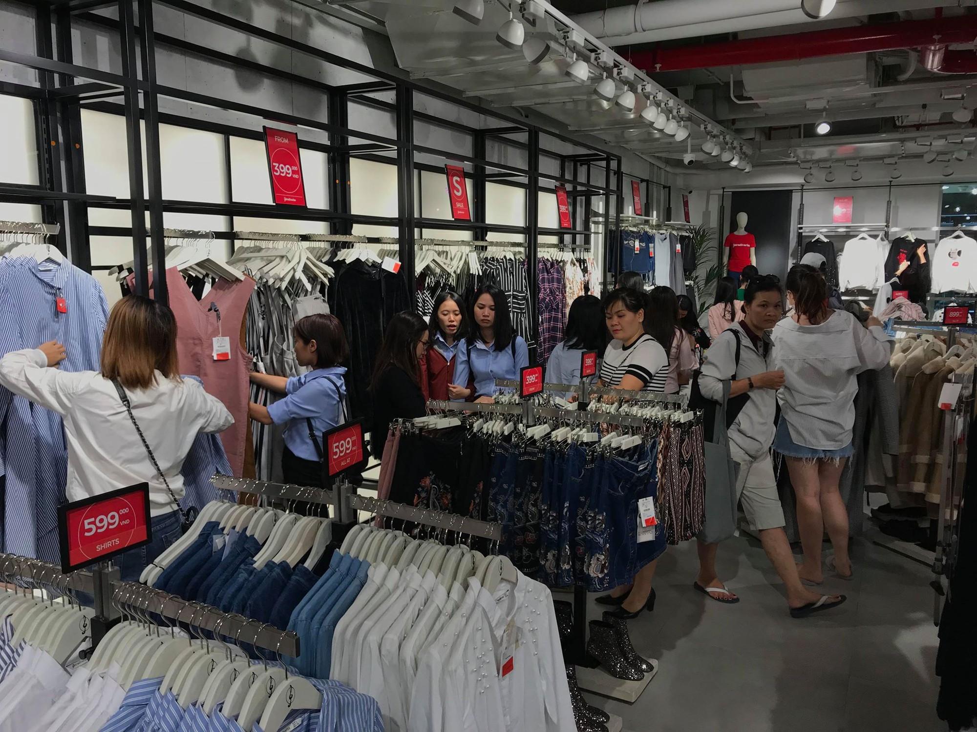 Zara Sài Gòn và Hà Nội đông nghịt, dân tình xếp hàng dài ngay ngày đầu tiên giảm giá - Ảnh 21.