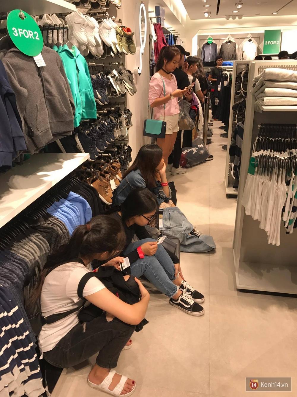 H&M mở cửa đón khách: Đông tới nỗi bên ngoài kẹt cứng, bên trong loạn lạc - Ảnh 26.
