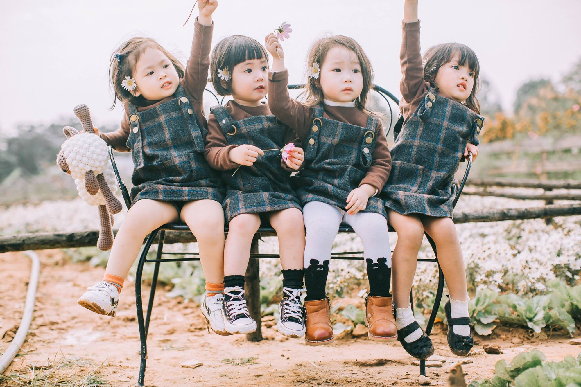 Mẹ chơi với nhau thời ĐH, lên 3 tuổi các con đã có bộ ảnh cùng hội bạn thân siêu đáng yêu - Ảnh 1.