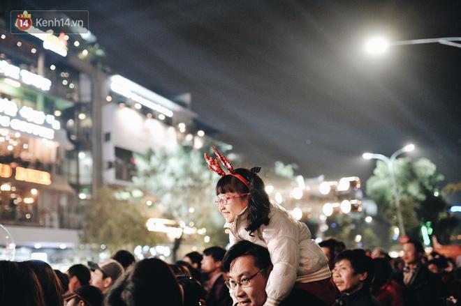 Giới trẻ Hà Nội - Sài Gòn kéo xuống phố đông nghịt đi chơi Noel - Ảnh 4.