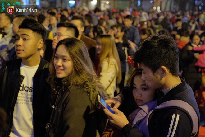 Giới trẻ Hà Nội - Sài Gòn kéo xuống phố đông nghịt đi chơi Noel - Ảnh 8.