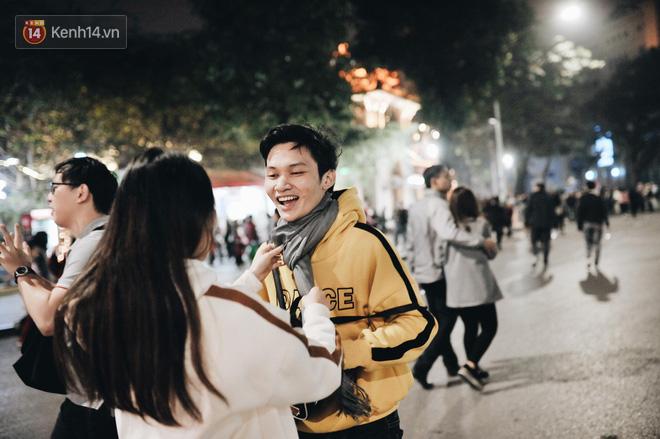 Giới trẻ Hà Nội - Sài Gòn kéo xuống phố đông nghịt đi chơi Noel - Ảnh 10.