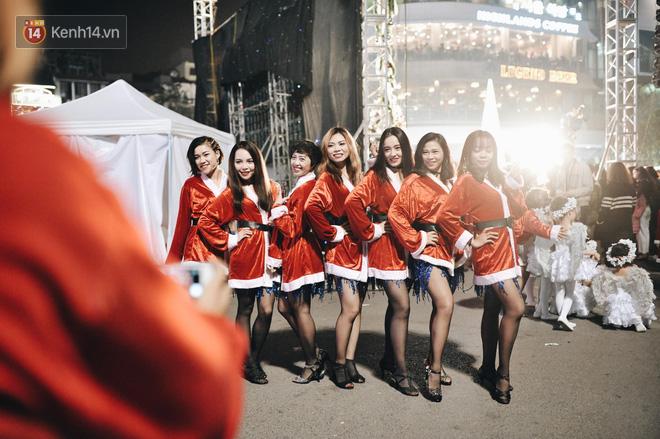 Giới trẻ Hà Nội - Sài Gòn kéo xuống phố đông nghịt đi chơi Noel - Ảnh 11.