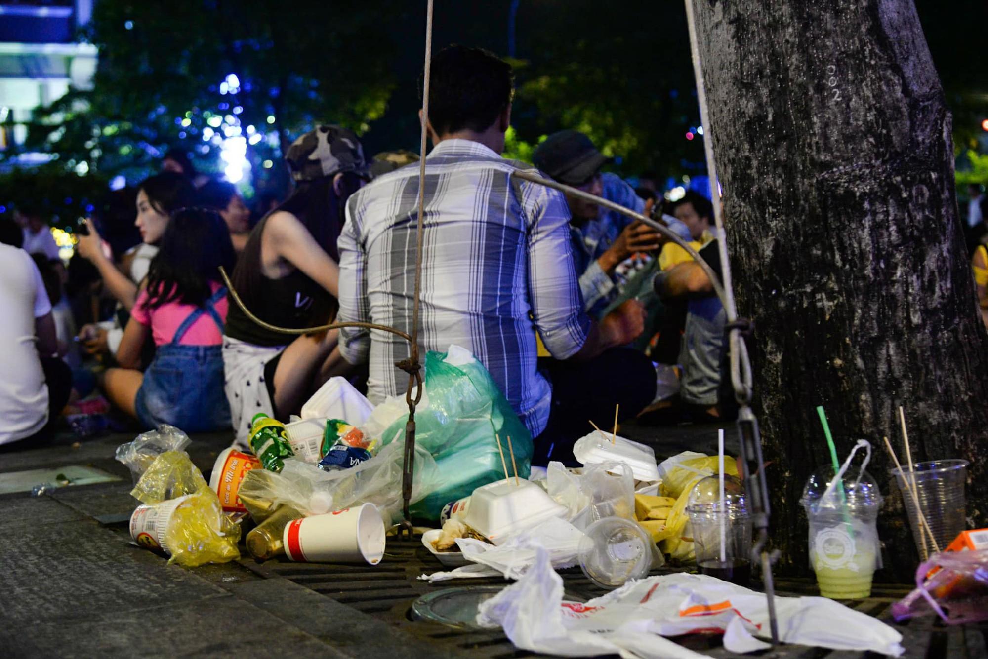 Hình ảnh nhìn thôi đã mệt: Thanh niên say bét nhè nằm lăn ra giữa phố đi bộ, trẻ con đi theo bố mẹ vạ vật chờ giao thừa - Ảnh 9.