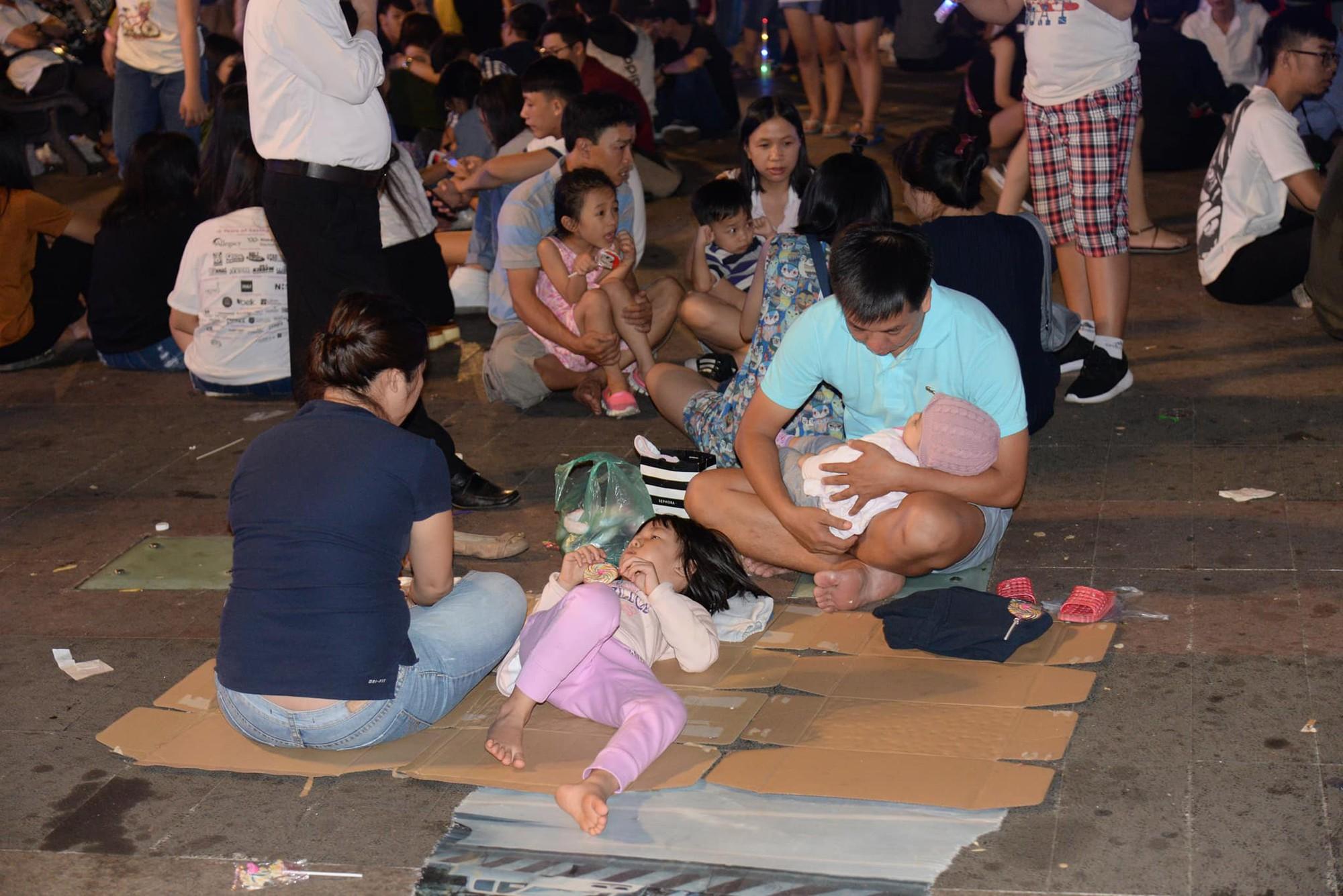 Hình ảnh nhìn thôi đã mệt: Thanh niên say bét nhè nằm lăn ra giữa phố đi bộ, trẻ con đi theo bố mẹ vạ vật chờ giao thừa - Ảnh 3.
