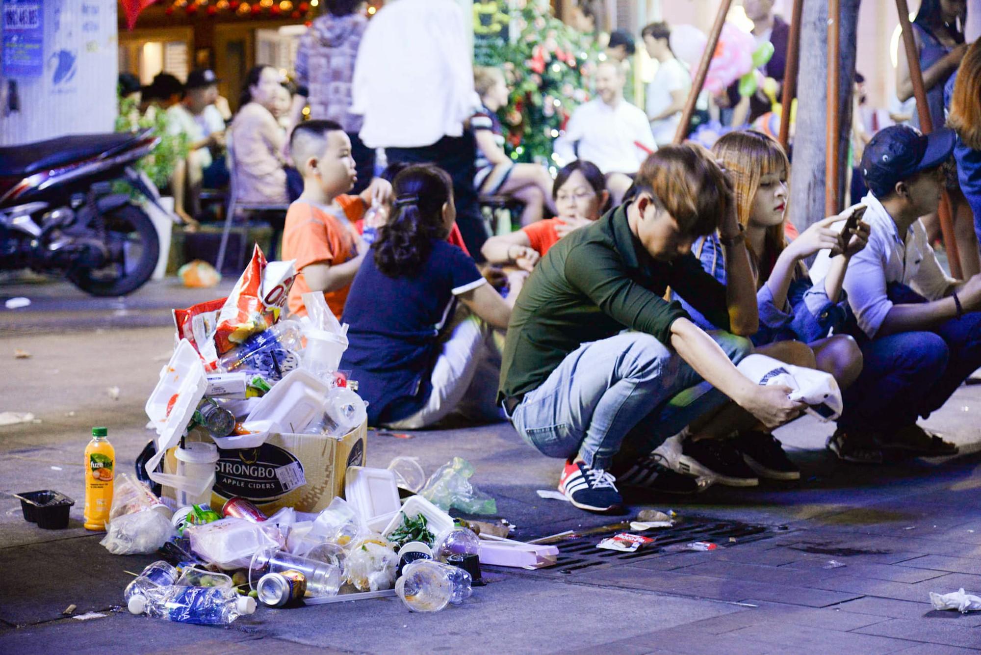 Hình ảnh nhìn thôi đã mệt: Thanh niên say bét nhè nằm lăn ra giữa phố đi bộ, trẻ con đi theo bố mẹ vạ vật chờ giao thừa - Ảnh 8.
