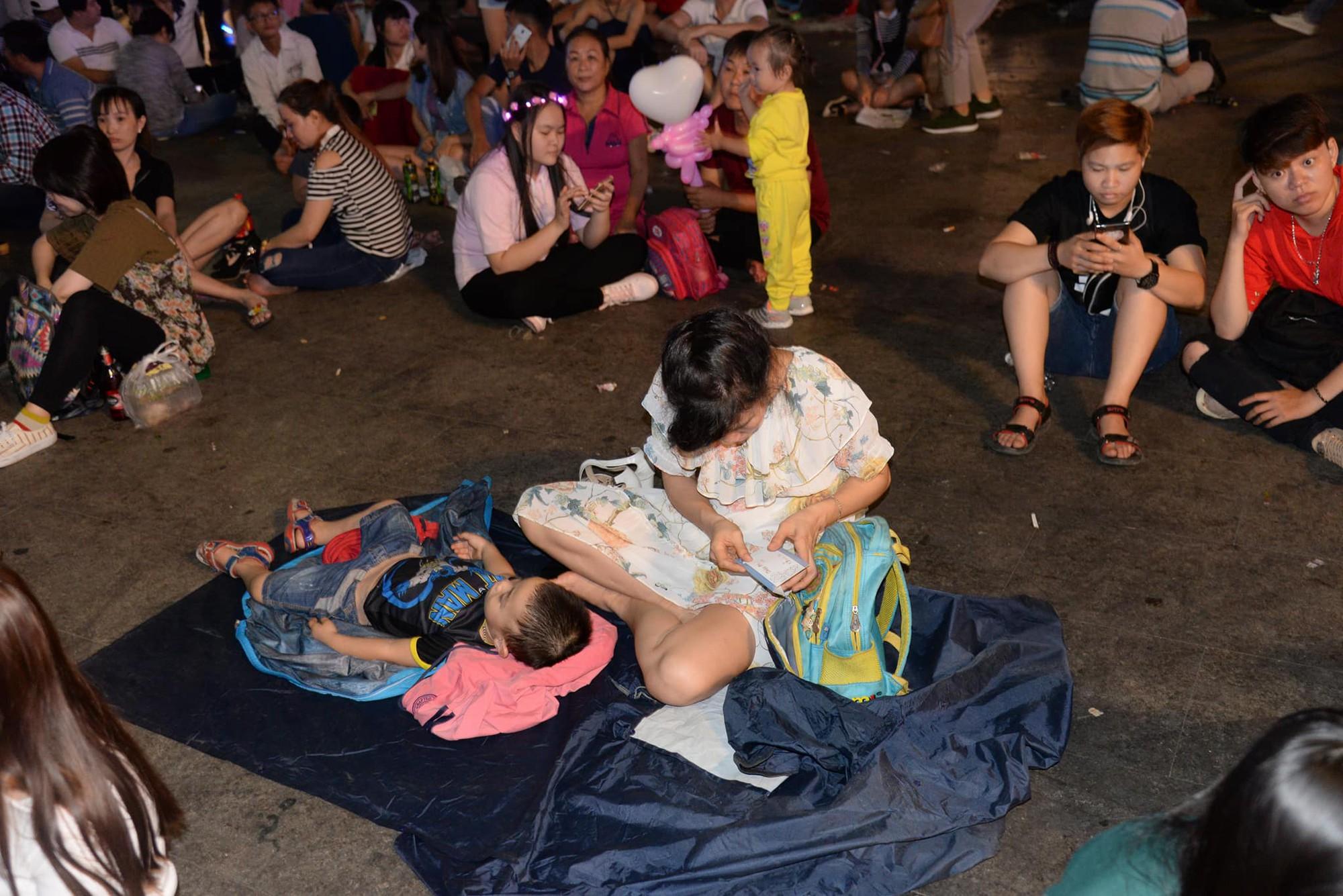 Hình ảnh nhìn thôi đã mệt: Thanh niên say bét nhè nằm lăn ra giữa phố đi bộ, trẻ con đi theo bố mẹ vạ vật chờ giao thừa - Ảnh 5.