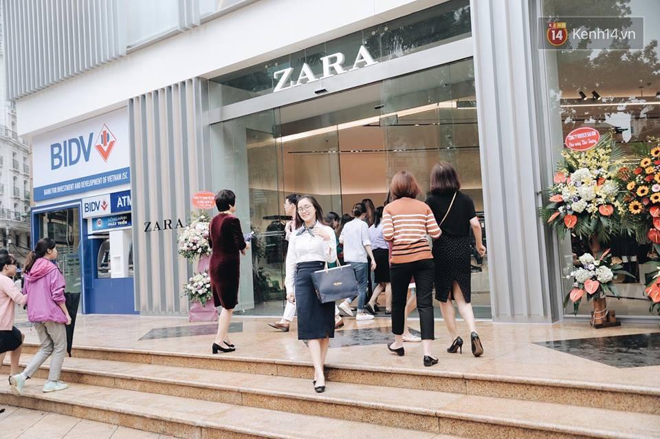Zara Hà Nội khai trương: Tới trưa khách đông nghịt, ai cũng nô nức mua sắm như đi trẩy hội - Ảnh 11.