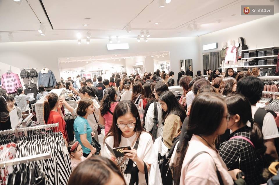 Khai trương H&M Hà Nội: Có hơn 2.000 người đổ về, các bạn trẻ vẫn phải xếp hàng dài chờ được vào mua sắm - Ảnh 21.