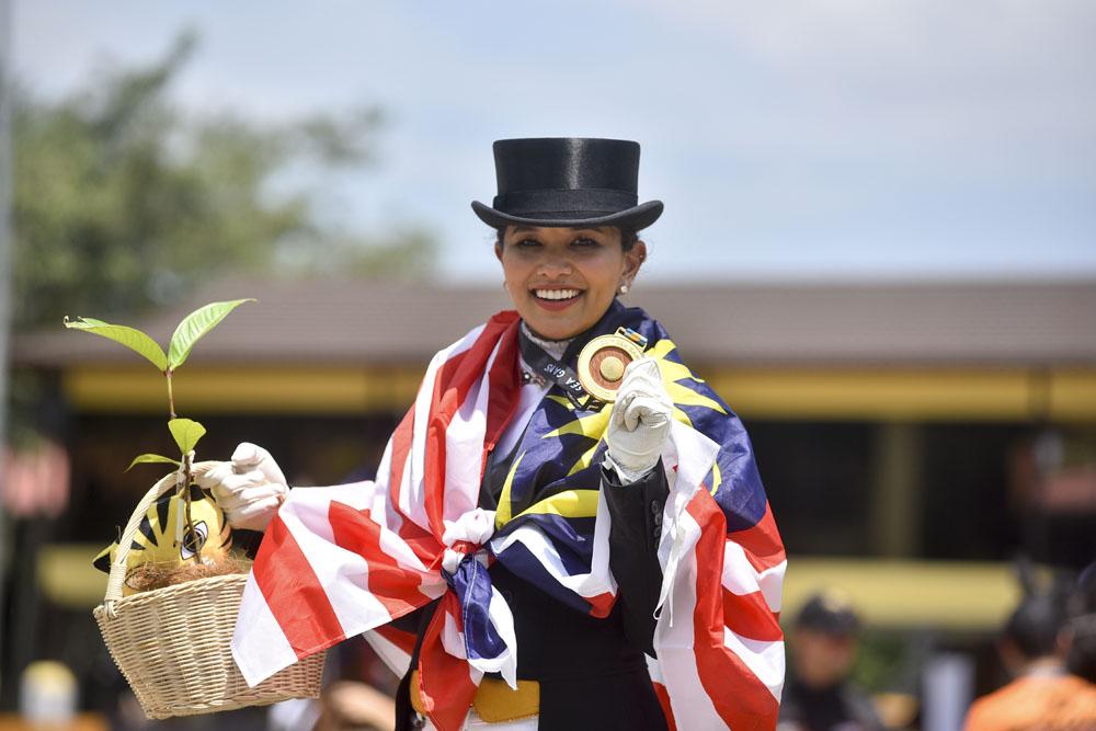 Bà bầu xinh đẹp người Malaysia giành HC vàng SEA Games môn đua ngựa - Ảnh 1.