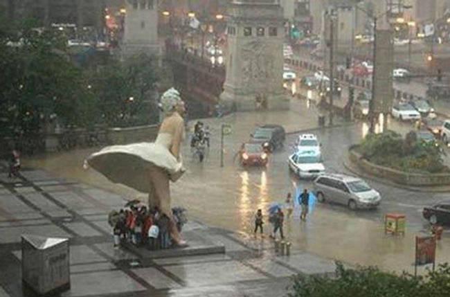 Loạt ảnh các dân chơi trời bão: Mưa gió cũng không làm nhụt chí ra ngoài đường - Ảnh 19.