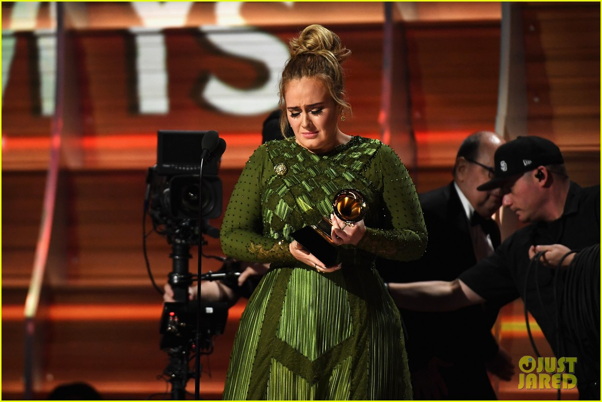 Adele khóc khi nhận giải vì cảm thấy Beyoncé mới là người xứng đáng - Ảnh 2.