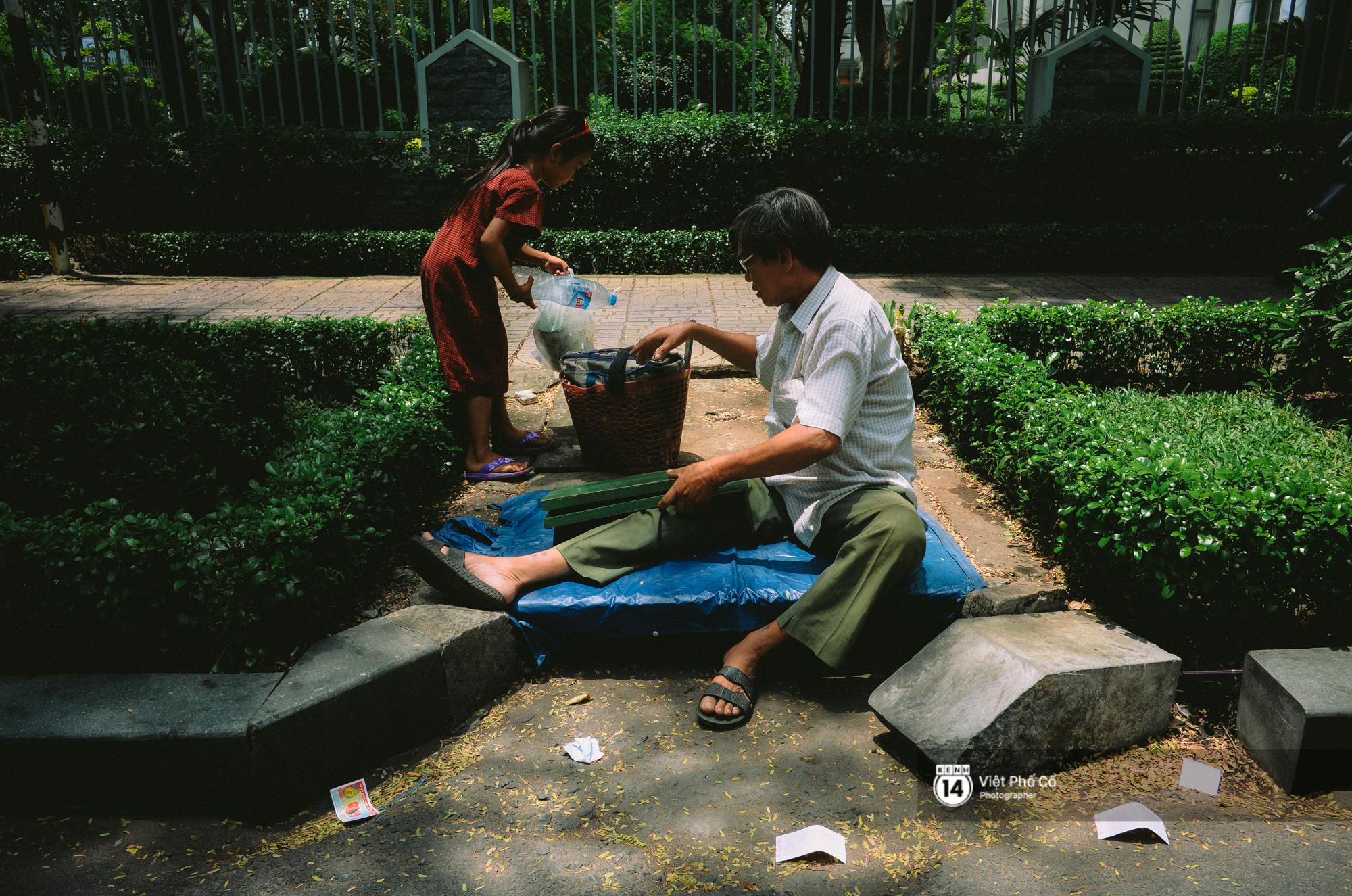 Gia đình vé số Sài Gòn: Ba mẹ ăn chuối luộc thay cơm, hai con gái không biết đến thịt cá - Ảnh 6.