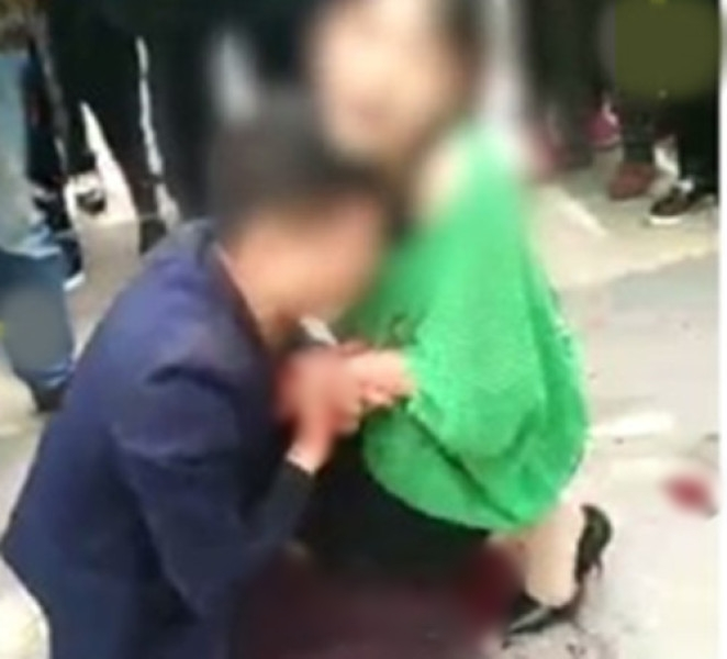 Không muốn bị vợ bỏ, người chồng trẻ quỳ gối giữa đường rồi tự lấy dao đâm vào bụng để xin tha thứ - Ảnh 3.