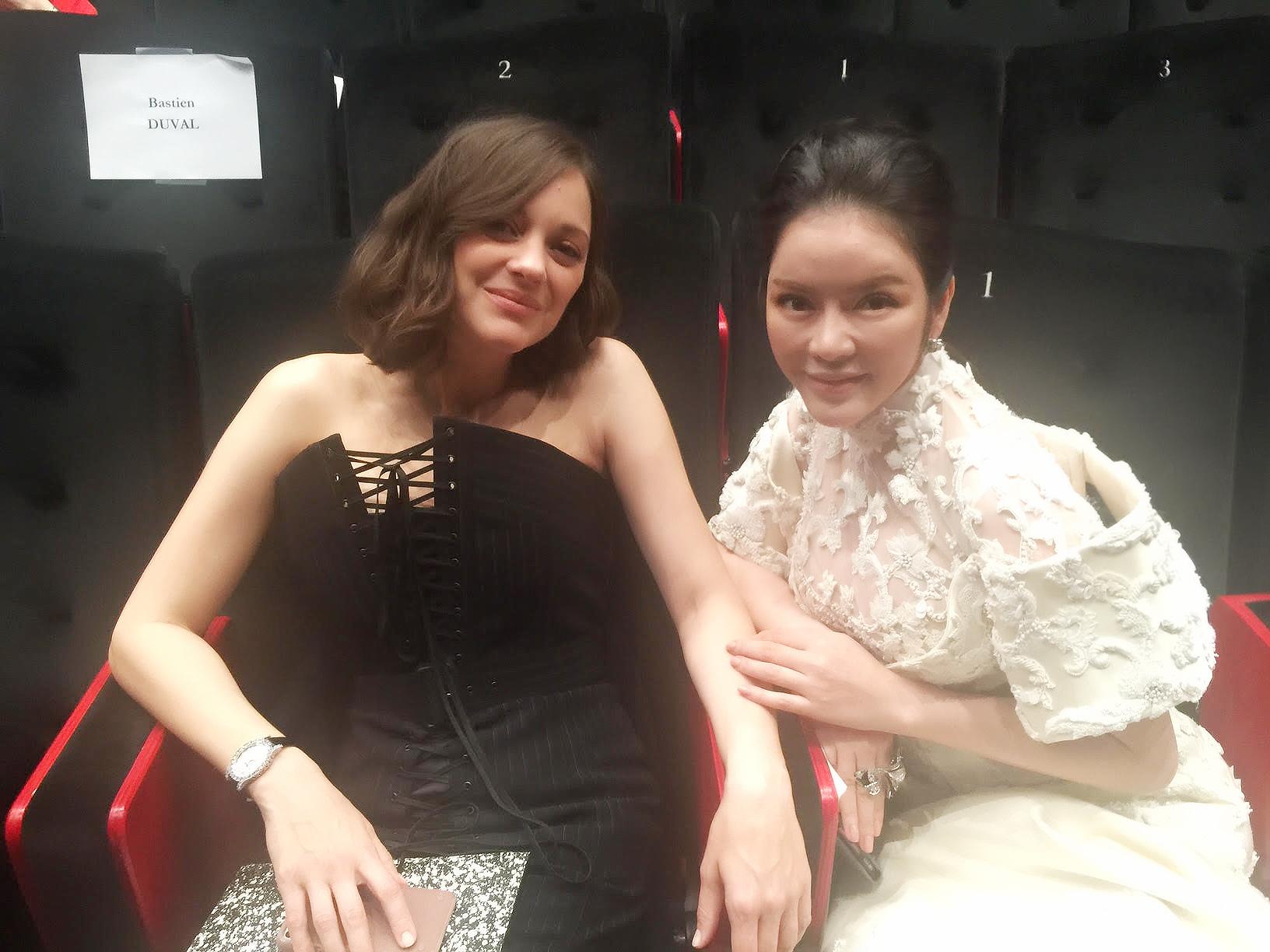 Không thua chị kém em, Lý Nhã Kỳ lộng lẫy như bà hoàng trên thảm đỏ khai màn LHP Cannes 2017 - Ảnh 12.