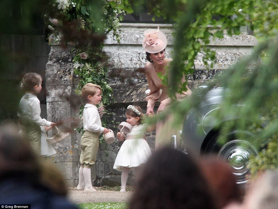 Hoàng tử nhí Anh Quốc bị mẹ mắng trong lễ cưới của dì ruột, vừa đi vừa khóc tu tu - Ảnh 4.
