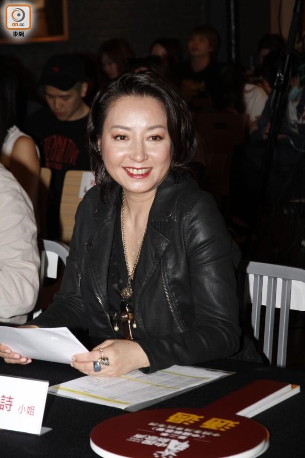 Đã một đời chồng, ngọc nữ Hồng Kông một thời bất ngờ công khai đồng tính ở tuổi 50 - Ảnh 1.