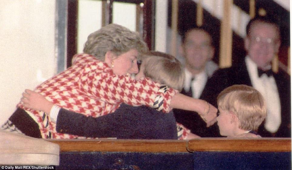 Chùm ảnh: Những khoảnh khắc hạnh phúc và ngọt ngào của Công nương Diana bên các con - Ảnh 6.