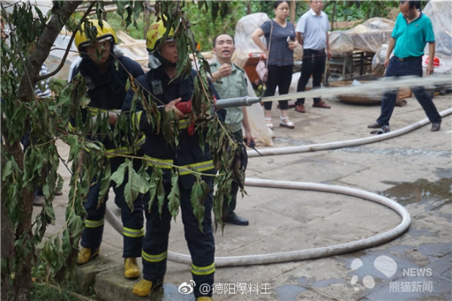 Nhà dân bất ngờ bốc cháy, đội cứu hoả nhanh trí dùng nước bể phốt dập lửa - Ảnh 4.
