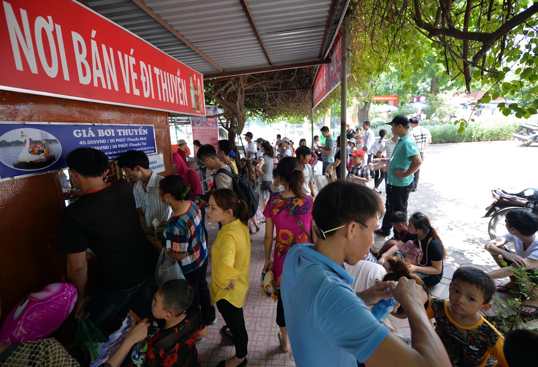 Chùm ảnh: Biển người đổ về khu vui chơi ở Hà Nội trong ngày đầu nghỉ lễ Quốc khánh - Ảnh 3.