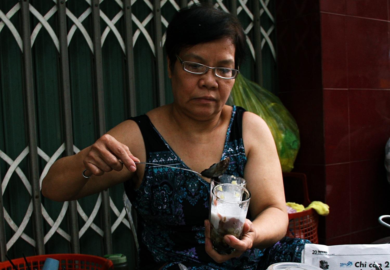 Bà chủ quán chè 5.000 đồng hơn 40 năm giữa lòng Đà Nẵng: Tăng giá thì học sinh, công nhân sao có tiền mua! - Ảnh 4.