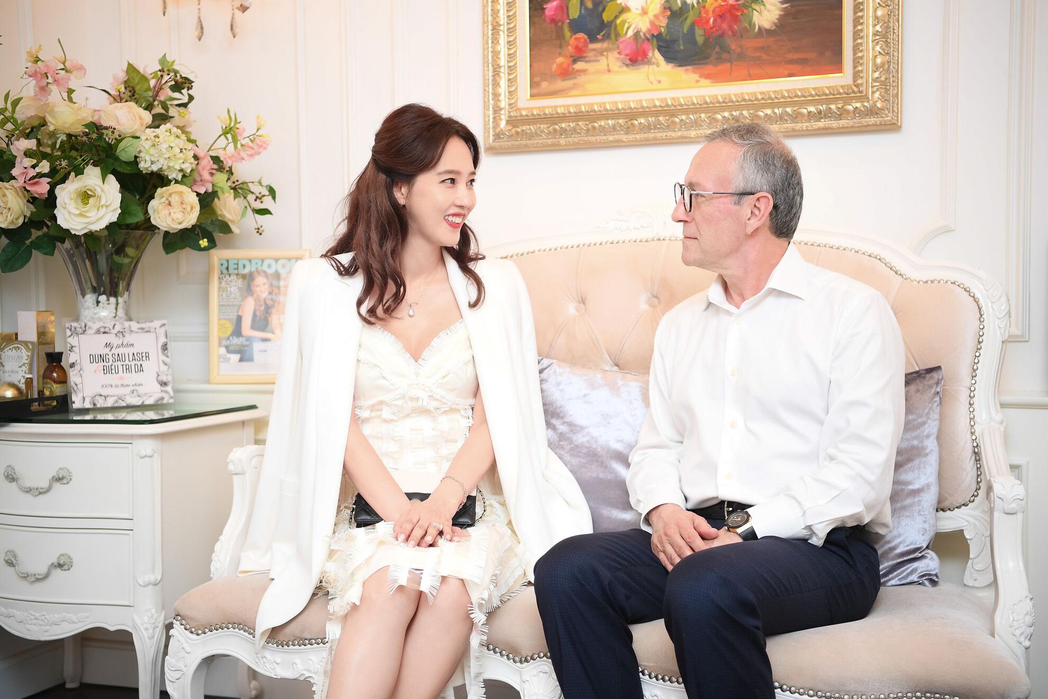 """Ở tuổi 47, ngôi sao phim """"Gia đình là số 1"""" vẫn trẻ trung và nổi bật dự sự kiện tại Việt Nam - Ảnh 4."""