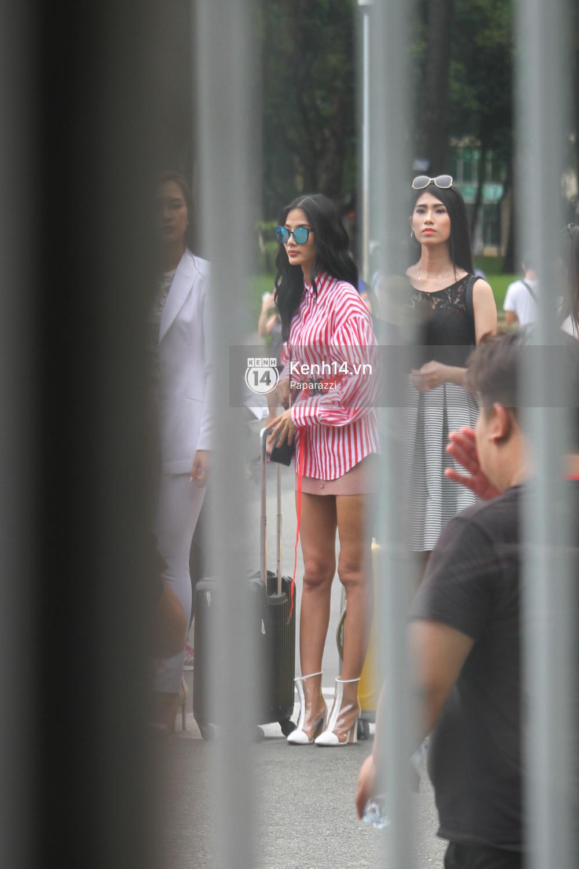 Nhan sắc khi chưa photoshop của Hoàng Thùy cùng dàn thí sinh Hoa hậu Hoàn vũ Việt Nam giữa trưa nắng - Ảnh 3.