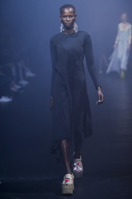 Balenciaga kết hợp với Crocs cho ra mắt mẫu dép đi mưa khó tả nhất mùa Paris Fashion Week năm nay - Ảnh 5.