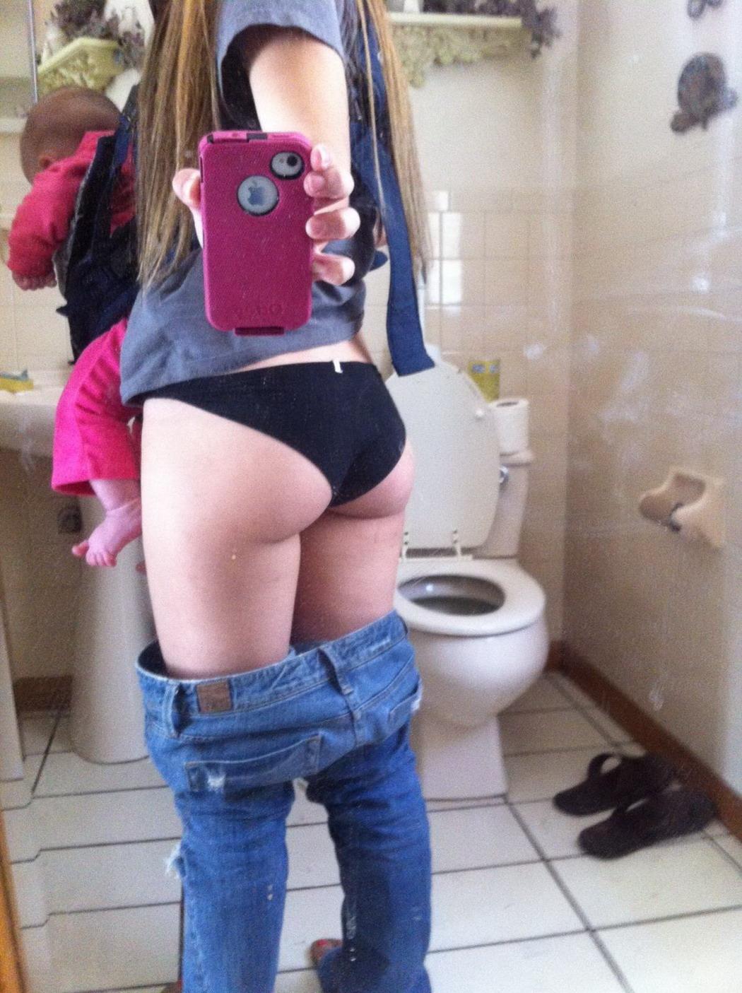 Как Показать Мне Свою Жопу Подружкам В Туалете