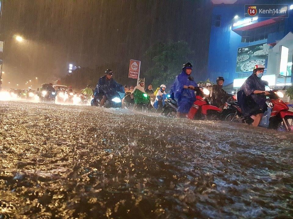 Đường phố Sài Gòn ngập lênh láng sau cơn mưa lớn đêm Trung thu, nhiều phương tiện chết máy giữa biển nước - Ảnh 3.