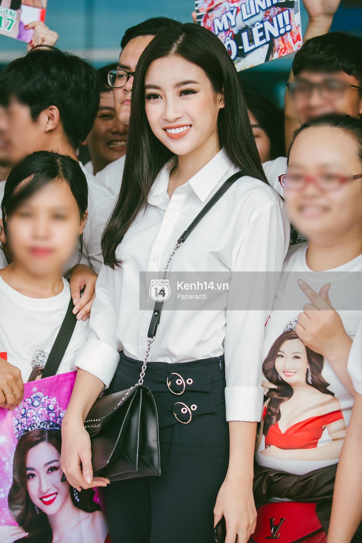 Hoa hậu Mỹ Linh diện trang phục đơn giản, tươi tắn bên mẹ và người hâm mộ tại sân bay Tân Sơn Nhất - Ảnh 3.