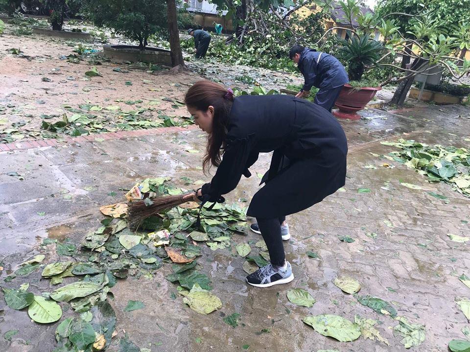 Phạm Hương về miền Trung giữa lúc bão lũ, quét sân phát quà giúp đỡ đồng bào - Ảnh 4.