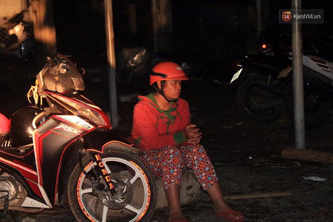 Hai ngày sau khi cơn bão số 12 đi qua, người dân Khánh Hòa vẫn chật vật sống trong bóng đêm vì mất điện - Ảnh 3.
