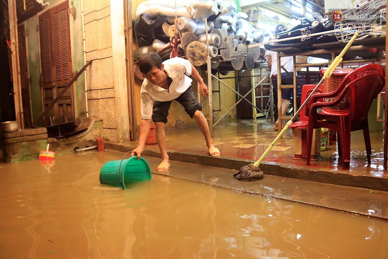 Người dân Hội An trắng đêm lau dọn hàng hóa, nhà cửa khi nước lũ vừa rút - Ảnh 7.