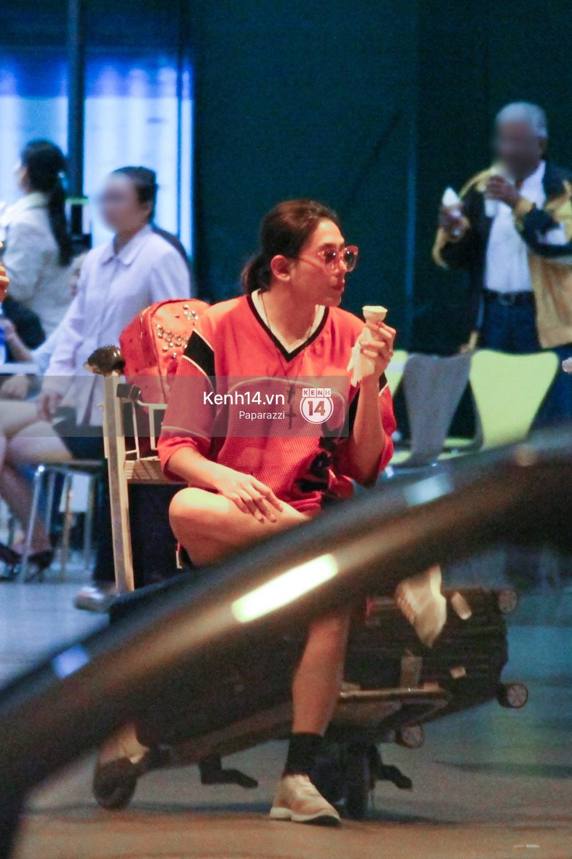 Đáp chuyến bay muộn về Việt Nam, Hoàng Yến trốn một góc vô tư ngồi ăn kem - Ảnh 6.