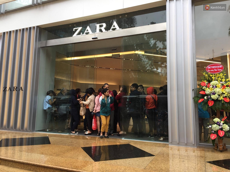 Zara Hà Nội khai trương: Tới trưa khách đông nghịt, ai cũng nô nức mua sắm như đi trẩy hội - Ảnh 14.